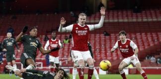 Manchester United loses ground in title race, drawing 0-0 with Arsenal